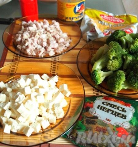 Куриное филе сварить в подсоленной воде до готовности. Мясо и брынзу нарезать кубиками.