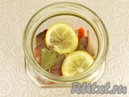 Посыпать селедку 1 чайной ложкой сахара, добавить лавровый лист и пару кружочков лимона.
