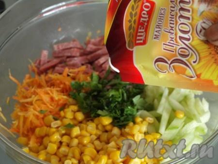 В миске соединить колбасу, огурец, морковь, кукурузу, измельчённую петрушку, майонез, соль и перец, перемешать салат.