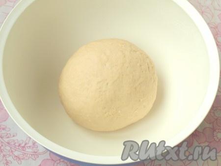 Домесить тесто руками, оно должно быть мягким, однородным и не липнуть к рукам. Миску с тестом накрыть крышкой и поставить в тёплое, непродуваемое место на 2 часа.