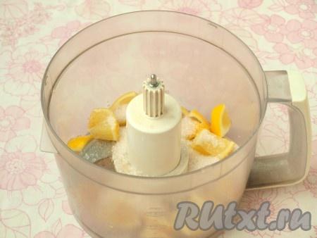 Лимон ошпарить кипятком, промыть тщательно под струёй воды. Разрезать лимон на 2 части, удалить косточки. Затем нарезать и поместить лимон в чашу комбайна, добавить сахар, перекрутить до однородной массы (шкурку с лимона снимать не нужно). Лимонная начинка для булочек готова.