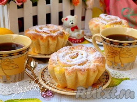 Духовку разогреть до 180 градусов, поставить в неё формочки с булочками и печь 20-25 минут. Остудить булочки на решётке, затем посыпать сахарной пудрой.