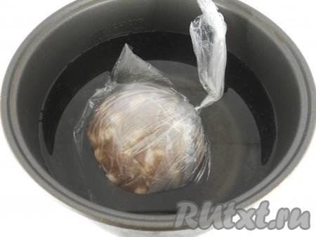 Затем нужно поместить колбасу еще в 2-3 целлофановых пакета, каждый - тщательно завязать. Вода ни в коем случае не должна попасть во внутрь колбасы! Поместить колбасу в чашу мультиварки, залить холодной водой.
