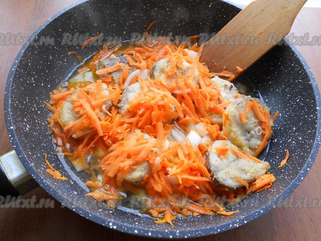 жареная рыба на сковороде с луком рецепт с фото