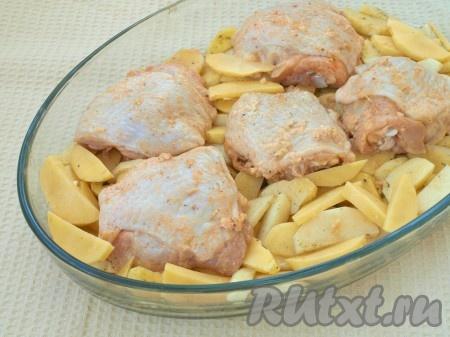 Выложить в огнеупорную форму картофель, сверху разложить куриные бёдра, накрыть форму фольгой.