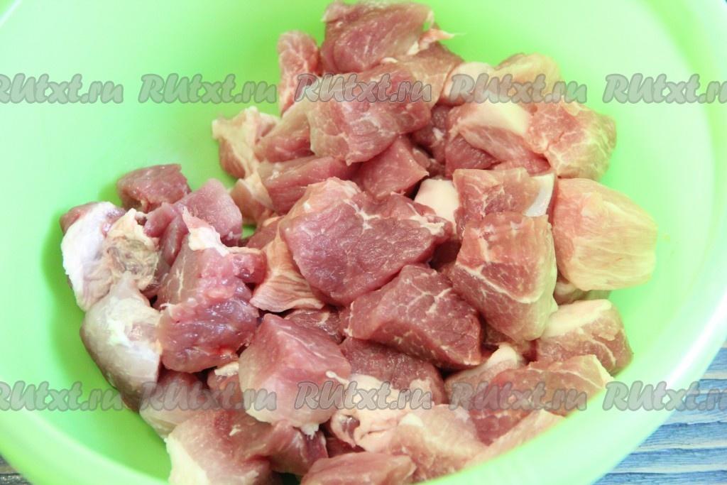 Тушеная свинина с томатом в мультиварке