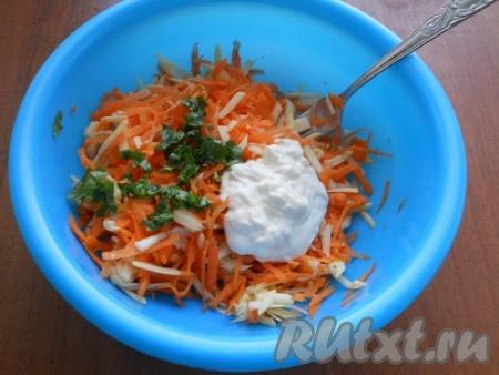 Петрушку нарезать и добавить в салат вместе с майонезом.