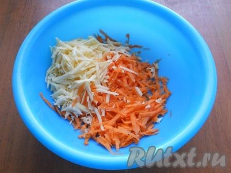 Очищенную морковь и твёрдый сыр натереть на крупной терке.