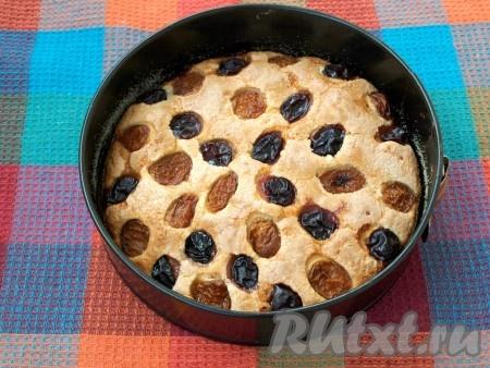 Поставить в духовку, нагретую до 180 градусов, и выпекать 45 минут (верх пирога должен зарумяниться). Готовность проверить деревянной шпажкой.