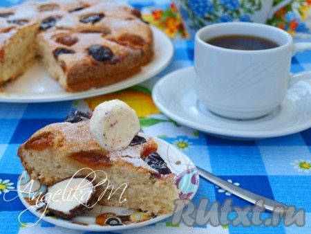 Пирог с замороженными фруктами остудить, посыпать сахарной пудрой и подать к столу.