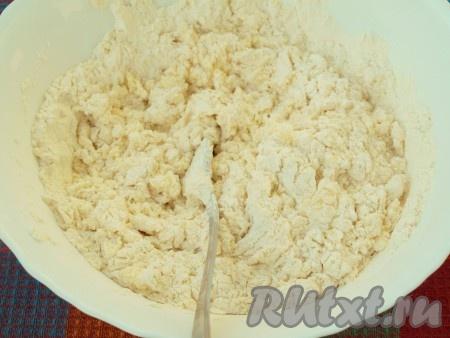Затем добавить просеянную муку с разрыхлителем и яйца, тщательно перемешать.