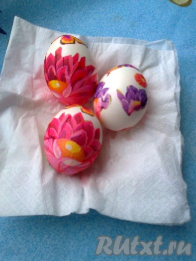 После того как все узоры распределены, надо еще раз яйцо сверху хорошо промазать белком и оставить сушиться. Высушивать сделанные пасхальные яйца лучше на решетке или салфетке.
