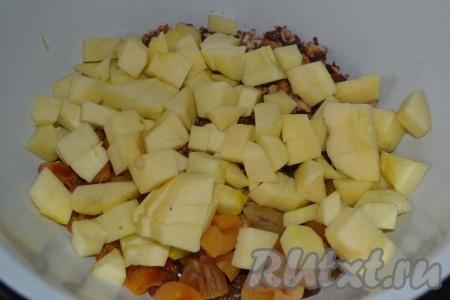 К сухофруктам и орехам добавляем очищенные и нарезанные кубиками яблоки. Во избежание их потемнения сбрызгиваем лимонным соком.
