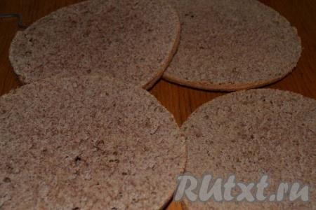 Остывшие коржи разрезаем вдоль пополам и пропитываем кофе с коньяком, а тем временем готовим крем – взбиваем сметану с сахаром и при необходимости добавляем загуститель.