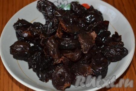 Предварительно замоченный и просушенный чернослив измельчаем, грецкие орехи рубим.
