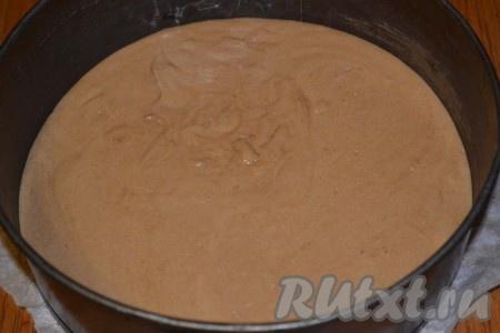 Соединяем мучную смесь с яичной массой и выкладываем готовое тесто в форму, застеленную пергаментом. Выпекаем в течение получаса в духовке, разогретой до 180 градусов, до сухой спички.