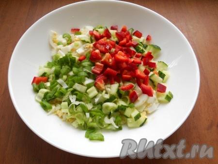 Зелёный лук измельчить, сладкий болгарскийперец нарезать кубиками и добавить их в салат к огурцам и вареным яйцам.