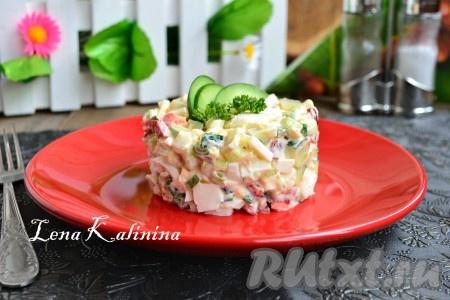 Тщательно перемешать очень вкусный салат с вареными яйцами и огурцами, выложить в салатник или порционно на тарелку, украсить и подать к столу.