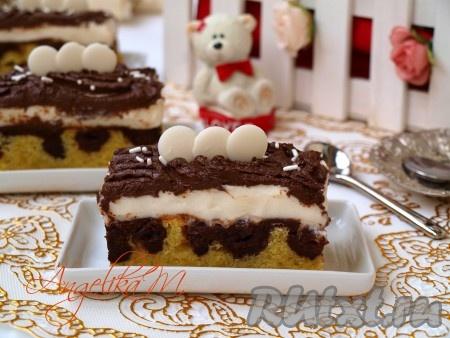 """Готовый пирог """"Дунайские волны"""" разрезать на порционные кусочки, которые можно украсить посыпкой и шоколадными каплями, превращая их таким образом в эффектные пирожные."""