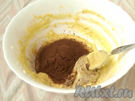 В оставшееся тесто добавить какао-порошок и перемешать. Можно добавить 1 столовую ложку молока.