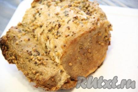 Поставить противень со свининой в рукаве в разогретую духовку. Запекать буженину 2 часа при температуре 180 градусов. Затем готовое мясо хорошо остудить.