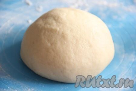 Замесить тесто. Оно получится мягким, нежным, не липнущим к рукам.