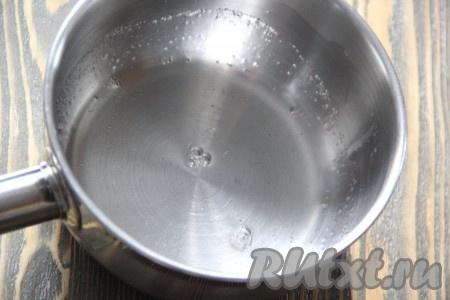 Пока выпекается песочный пирог с творогом, приготовить заливку. Желатин развести в холодной воде и оставить для набухания на 10-15 минут. Затем поставить желатин на огонь и прогреть до полного растворения, но не кипятить!