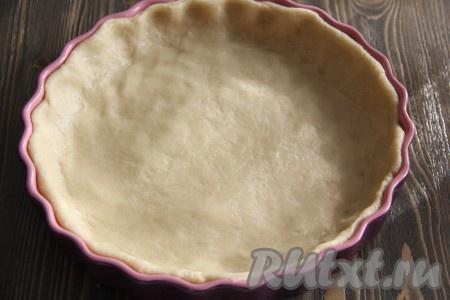 Тесто выложить в форму для выпекания, распределяя равномерно по всей поверхности и формируя бортик.