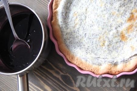 Готовый пирог достать из духовки. Корж должен стать золотистого цвета, а творожная начинка - слегка зарумяниться.