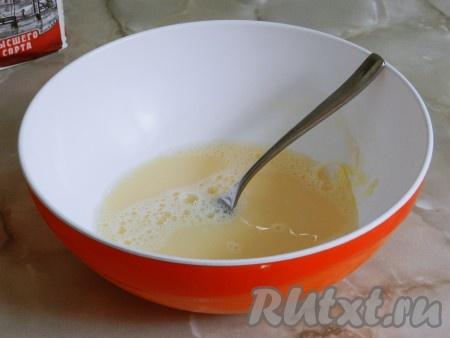 Яйцо разбить в миску, посолить, взбить вилкой. Влить воду, хорошо перемешать до однородности. Вода должна быть очень холодной. Просто поставьте стакан воды в холодильник примерно за час до приготовления теста. Можно использовать минеральную воду, но я не вижу разницы, поэтому делаю тесто на обычной очищенной воде.