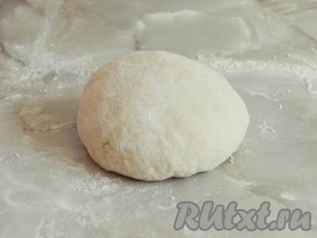 Когда тесто будет готово, то есть станет однородным и не будет прилипать к столу и к рукам, накрыть его сухим полотенцем и оставить на 20 минут при комнатной температуре.