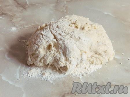 Когда тесто станет достаточно густым, переложить его на стол и продолжать замешивать руками, добавляя муку. Муки может понадобиться чуть больше или меньше, в зависимости от ее свойств, но не стоит усердствовать с мукой, чтобы тесто не получилось слишком жестким.