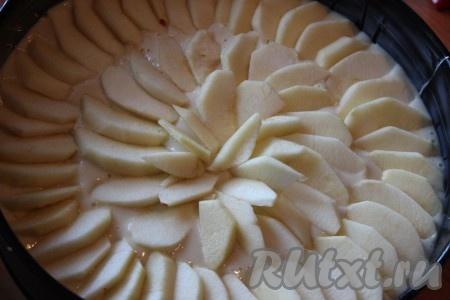 Вылить тесто в форму, разровнять. Яблоки помыть, очистить от семян и кожуры, нарезать тонкими ломтиками. Поверх теста красиво разложить слой из ломтиков яблок. Выпекать пирог в разогретой духовке при температуре 180-200 градусов примерно 40-50 минут. Готовность пирога можно проверить сухой зубочисткой (если зубочистка сухая, значит пирог готов).{amp}#xA;