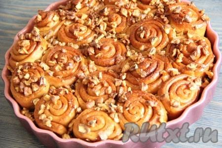 Готовые дрожжевые булочки с корицей слегка остудить, а затем можно подавать к столу.