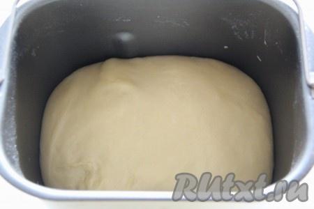 Не забывайте следить за формированием колобка в хлебопечке, тесто не должно липнуть к стенкам ведёрка. Для замешивания теста вручную, в тёплое кислое молоко добавить дрожжи и оставить для подхода на 10-15 минут. Затем в глубокой миске соединить подошедшие дрожжи, яичные желтки, яйцо, творожный сыр (или протёртый творог), два вида сахара, растопленное сливочное масло и соль, слегка перемешать, а затем, подсыпая муку, замесить нежное и мягкое тесто, накрыть его и оставить на 1,5 часа в тёплом месте. Тесто увеличиться в объёме.