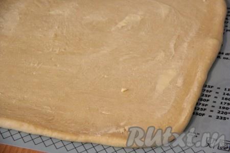 Сливочное масло для начинки размягчить и смазать им пласт теста.