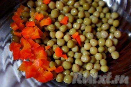 Морковь отварить. Мелко нарезать. Добавить к горошку.