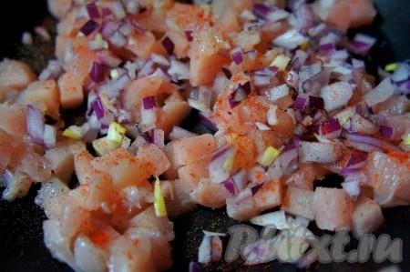 Куриную грудку и лук мелко нарезать, посолить, добавить специи и обжарить на сковороде с добавлением растительного масла в течение 7-10 минут, помешивая, остудить. При желании куриную грудку можно не обжаривать, а отварить в подсоленной воде в течение 15-20 минут, затем нарезать кубиками и добавить к ней лук и специи.