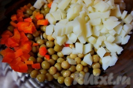 Картофель отварить в мундире. Остудить. Очистить и нарезать средним кубиком.