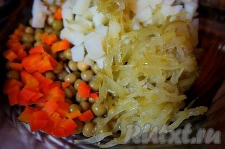 Солёный огурец натереть на тёрке. Добавить в салат.