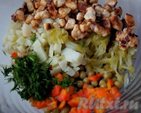 Добавить куриную грудку с луком в салат.