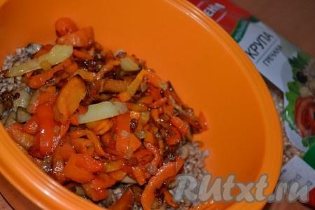 Мелко нарезанный лук и натёртую морковь обжарить на растительном масле, помешивая, до золотистого цвета, затем добавить болгарский перец, нарезанный полосками, и готовить, не забывая иногда помешивать, ещё несколько минут. Обжаренные овощи добавить к гречке и грибам, перемешать и посолить по вкусу. Начинка для курицы готова.